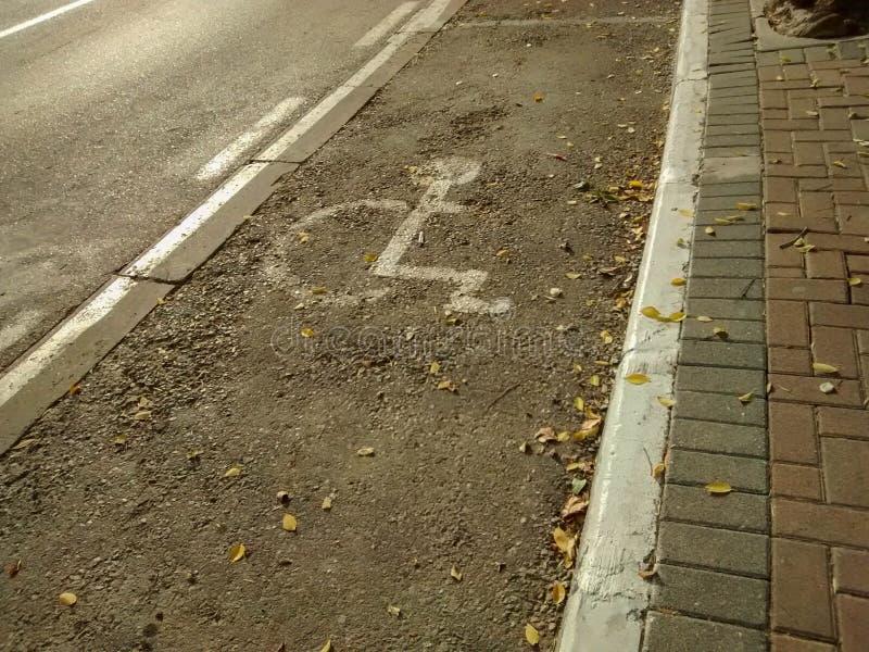 Gehandicapten specifieke het parkeren vlek op straat, met het specifieke merken stock foto's