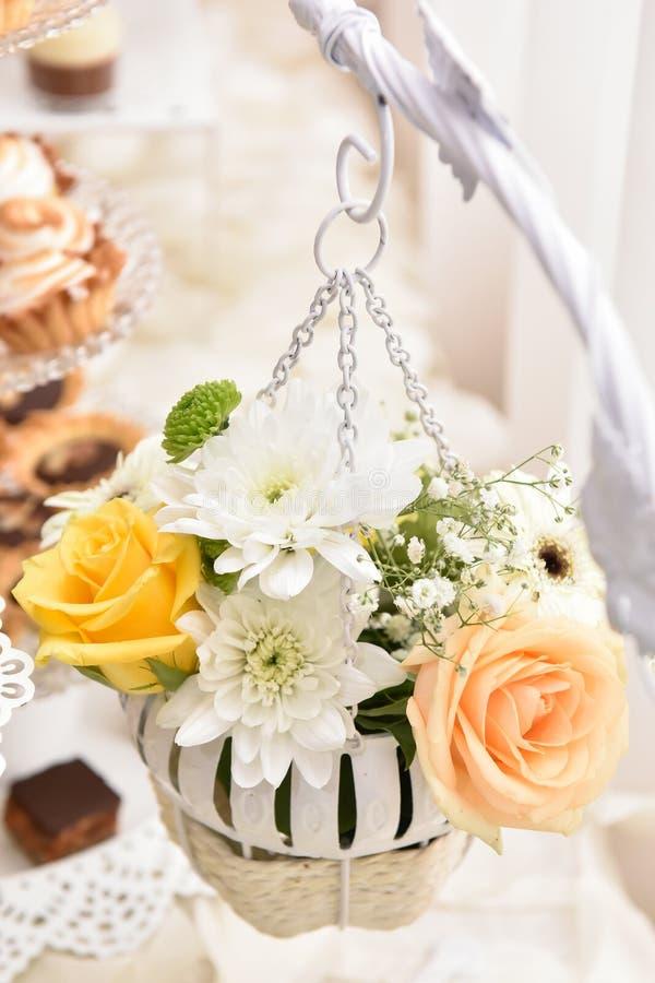 Gehangen bloemenregeling met witte en gele rozen royalty-vrije stock foto's