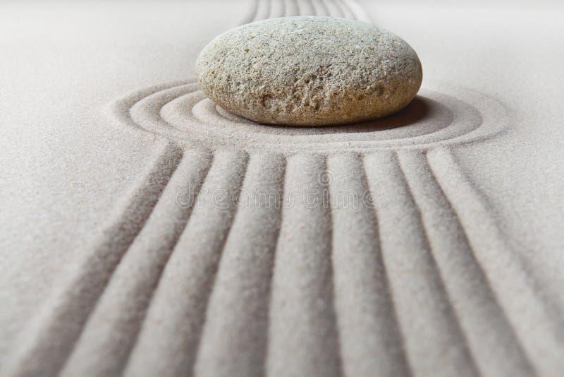 Geharkter Sand des Zen Garten und Steinmuster stockbilder