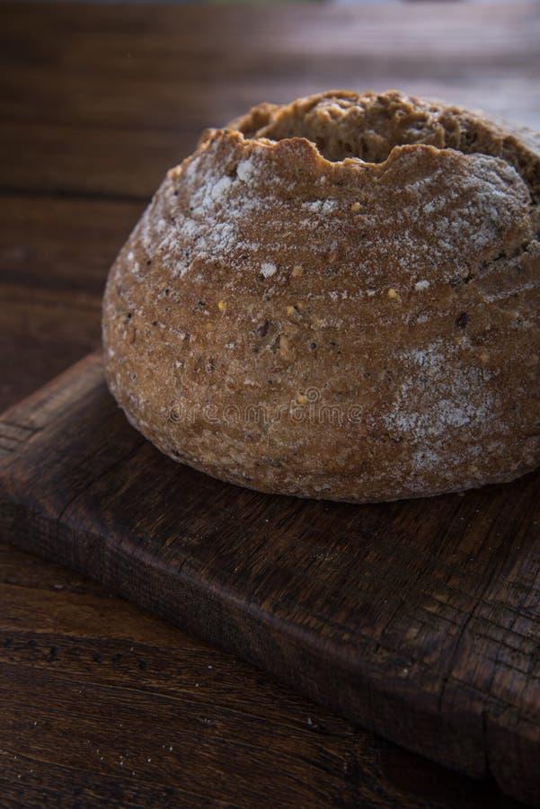 Geheel brood van artisanaal brood stock fotografie