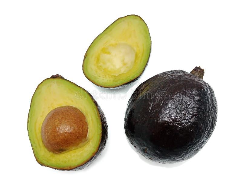 Geheel en besnoeiing in helft van avocado op witte achtergrond wordt de ge?soleerd die stock afbeelding