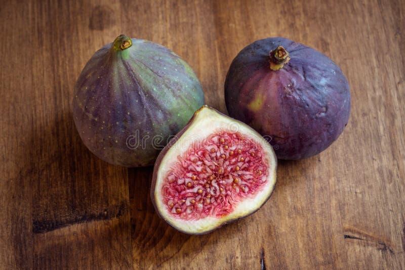 Geheel en besnoeiings rijpe die fig. vanuit hoge invalshoek worden geschoten royalty-vrije stock foto