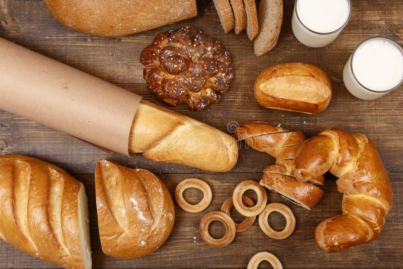Geheel en gesneden brood op een houten lijst royalty-vrije stock foto's
