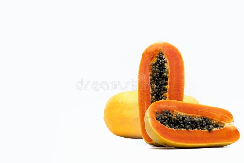 Geheel en helft van rijp die papajafruit met zaden op wit wordt de geïsoleerd stock foto's