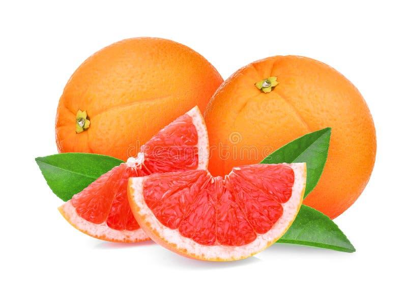 Geheel en plakken rode grapefruit met groene geïsoleerde bladeren stock foto