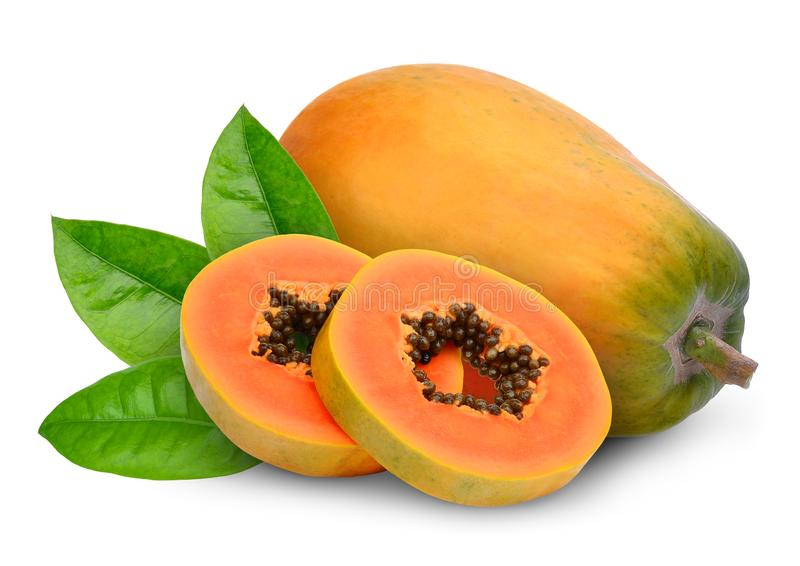 Geheel en van de plakken rijp papaja fruit met groene die bladeren op wit worden geïsoleerd stock foto
