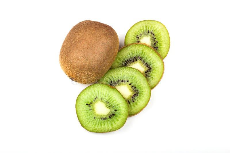 geheel kiwifruit en gesneden kiwifruit dat op witte achtergrond wordt geïsoleerd royalty-vrije stock fotografie