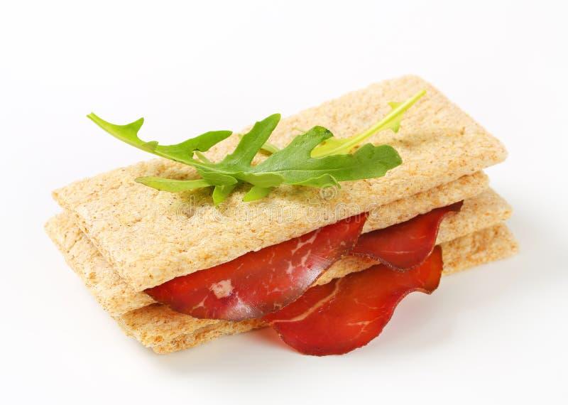 Geheel korrel kernachtig brood met gerookt rundvlees royalty-vrije stock foto