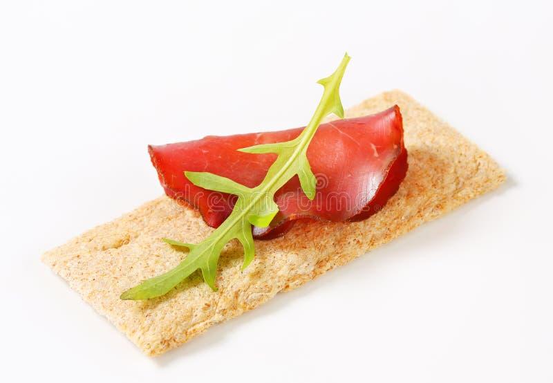 Geheel korrel kernachtig brood met gerookt rundvlees royalty-vrije stock foto's