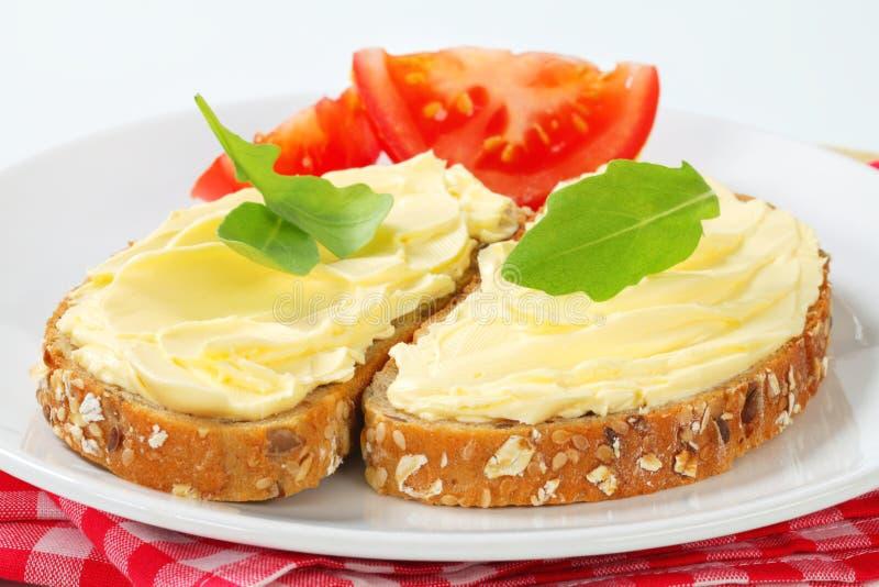 Geheel korrelbrood met boter royalty-vrije stock foto's