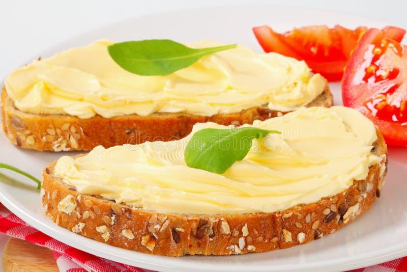 Geheel korrelbrood met boter royalty-vrije stock afbeeldingen