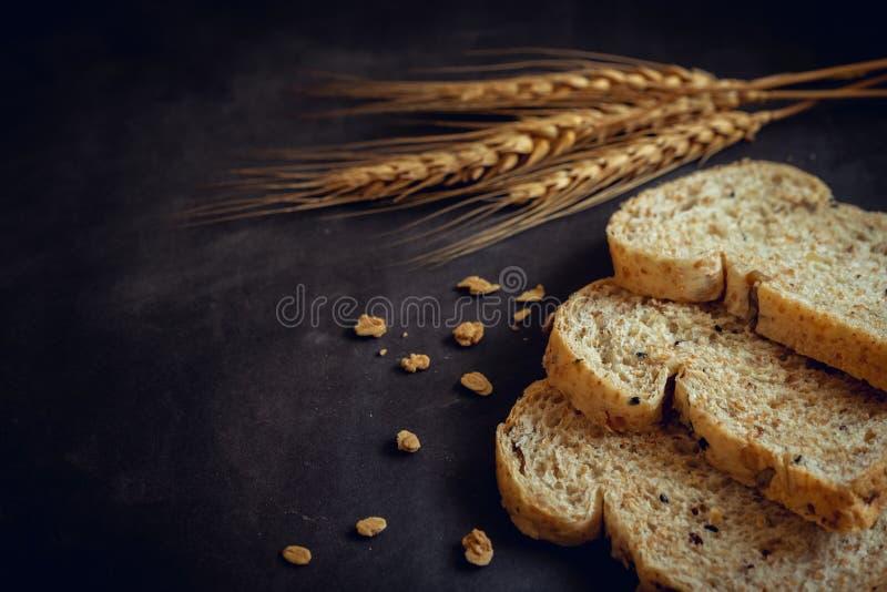Geheel korrelbrood op donkere achtergrond stock foto