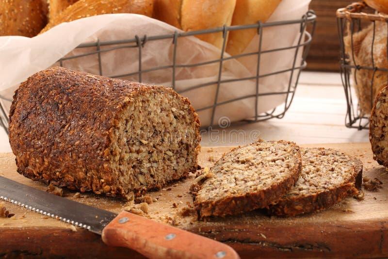 Geheel korrelbrood op een houten raad royalty-vrije stock foto