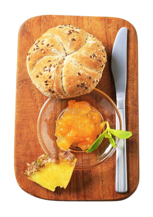 Geheel korrelbroodje met marmelade stock foto's