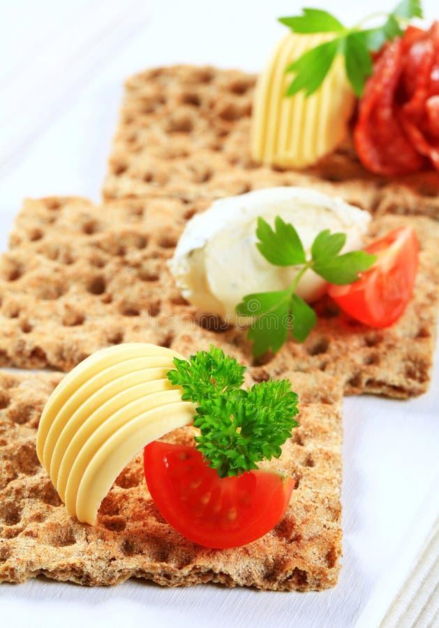 Geheel korrelknäckebrood met diverse bovenste laagjes royalty-vrije stock afbeelding