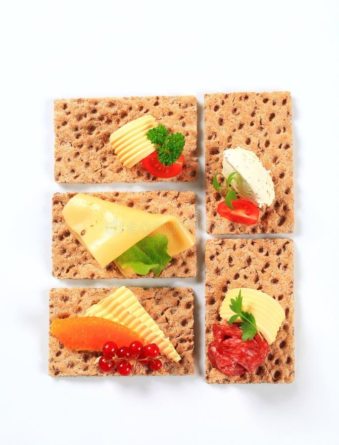 Geheel korrelknäckebrood met diverse bovenste laagjes stock fotografie