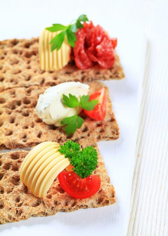 Geheel korrelknäckebrood met diverse bovenste laagjes royalty-vrije stock fotografie