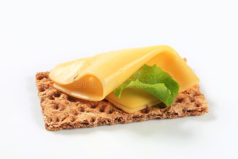 Geheel korrelknäckebrood met kaas stock afbeeldingen