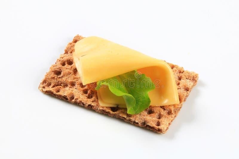 Geheel korrelknäckebrood met kaas royalty-vrije stock foto