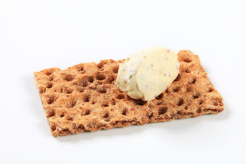 Geheel korrelknäckebrood met roomkaasmousse royalty-vrije stock afbeeldingen