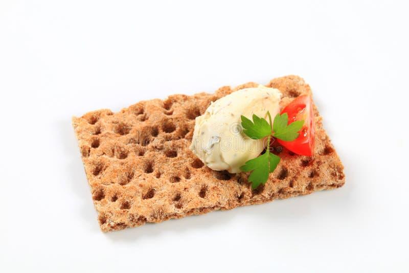 Geheel korrelknäckebrood met roomkaasmousse royalty-vrije stock fotografie