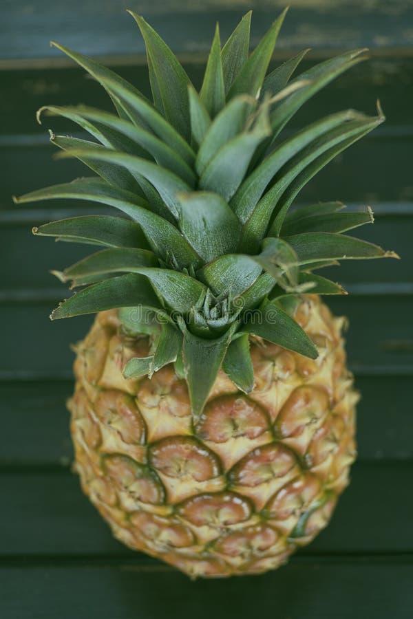 Geheel rijp ananasfruit op een houten lijst royalty-vrije stock foto