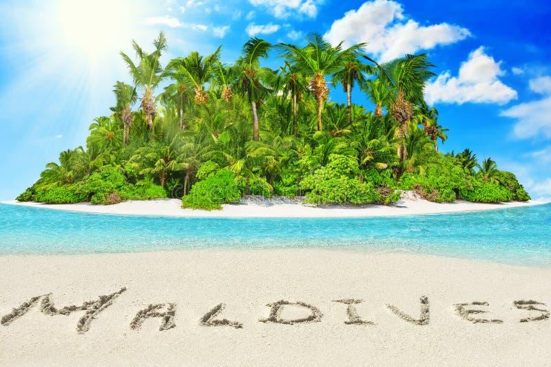 Geheel tropisch eiland binnen atol in tropische Oceaan en inscrip royalty-vrije stock foto's