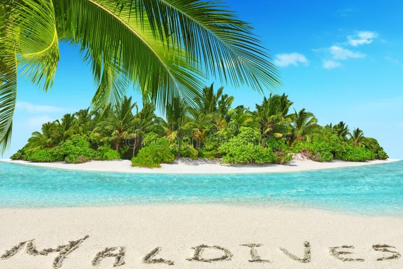 Geheel tropisch eiland binnen atol in tropische Oceaan en inscrip royalty-vrije stock afbeelding