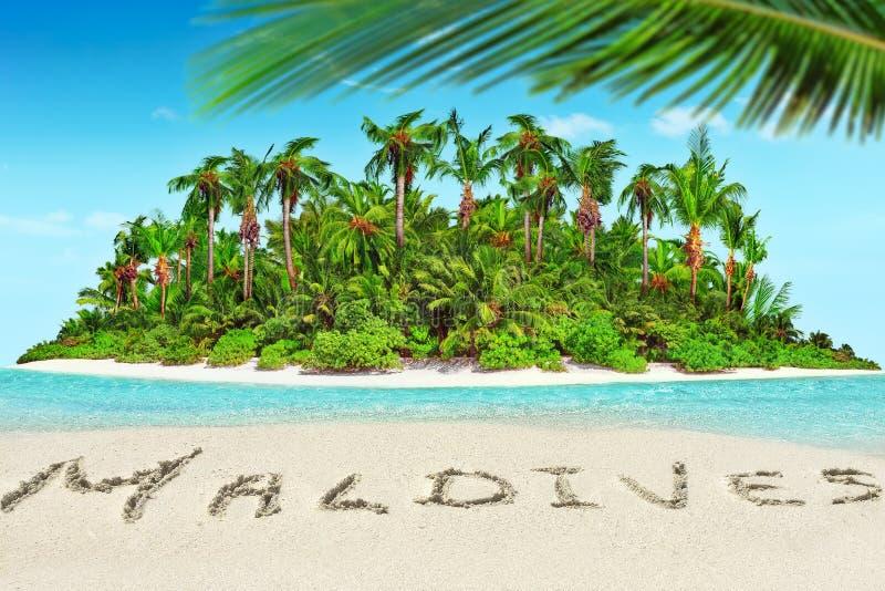 Geheel tropisch eiland binnen atol in tropische Oceaan en inscrip stock foto