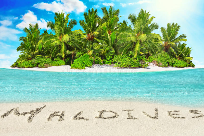 Geheel tropisch eiland binnen atol in tropische Oceaan en inscrip royalty-vrije stock foto