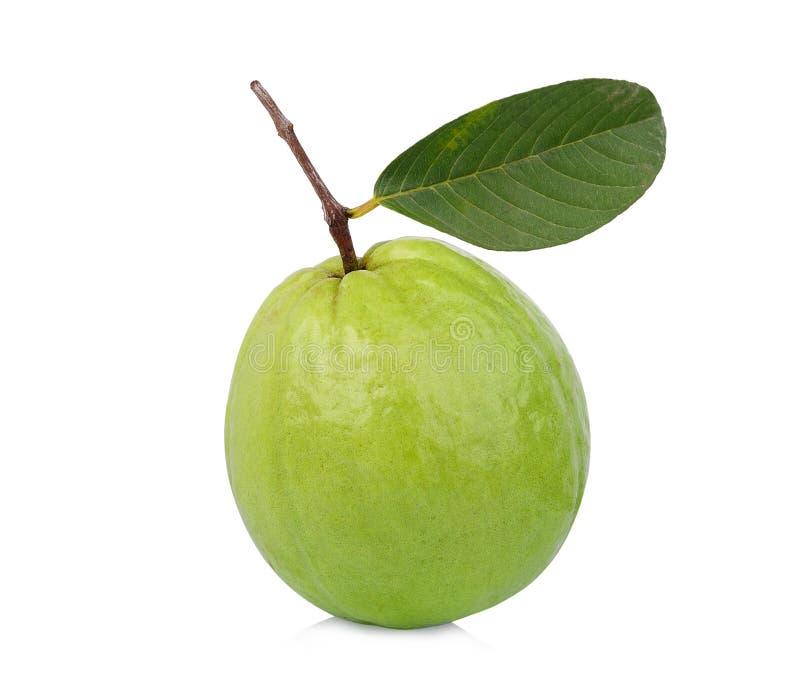 Geheel van guavefruit met groen die blad op wit wordt geïsoleerd stock afbeeldingen