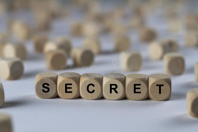 Geheim - kubus met brieven, teken met houten kubussen royalty-vrije stock foto's