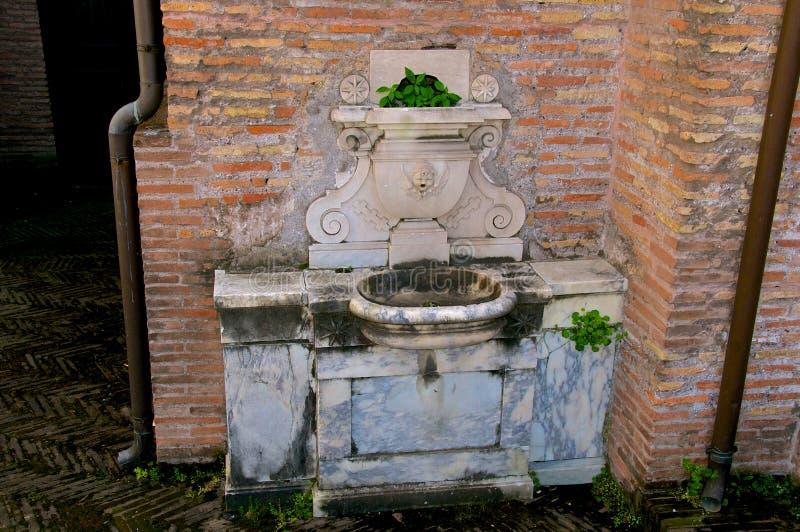 Geheim Rome, een mooie typische roman fontein stock foto