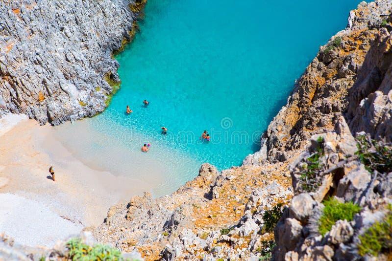 Geheim strand op ver eiland Rizoskloko, Kreta, Griekenland Seitan Limani stock foto