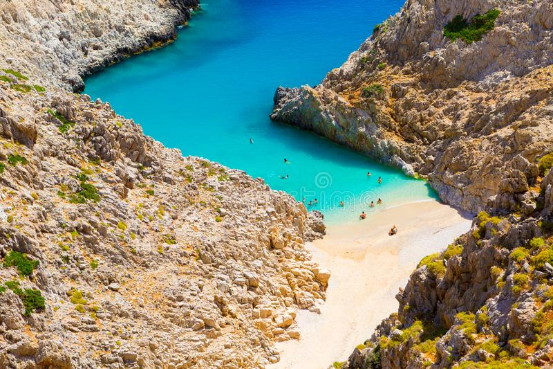 Geheim strand op ver eiland Rizoskloko, Kreta, Griekenland Seitan Limani royalty-vrije stock afbeeldingen