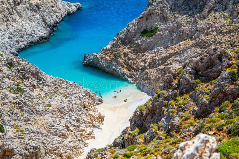 Geheim strand op ver eiland Rizoskloko, Kreta, Griekenland Seitan Limani stock afbeeldingen