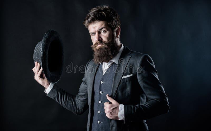 Geheim werfen Sie M?nnliche formale Mode Detektiv im Hut Reifer Hippie mit Bart Grober kaukasischer Hippie mit dem Schnurrbart stockfotografie