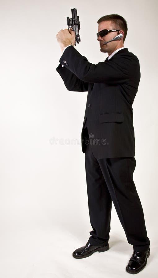 Geheimagent mit einer Gewehr stockfotografie