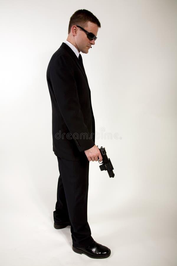 Geheimagentholding Gewehr lizenzfreie stockfotos