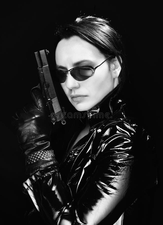 Geheimagentvrouw met kanon royalty-vrije stock afbeelding
