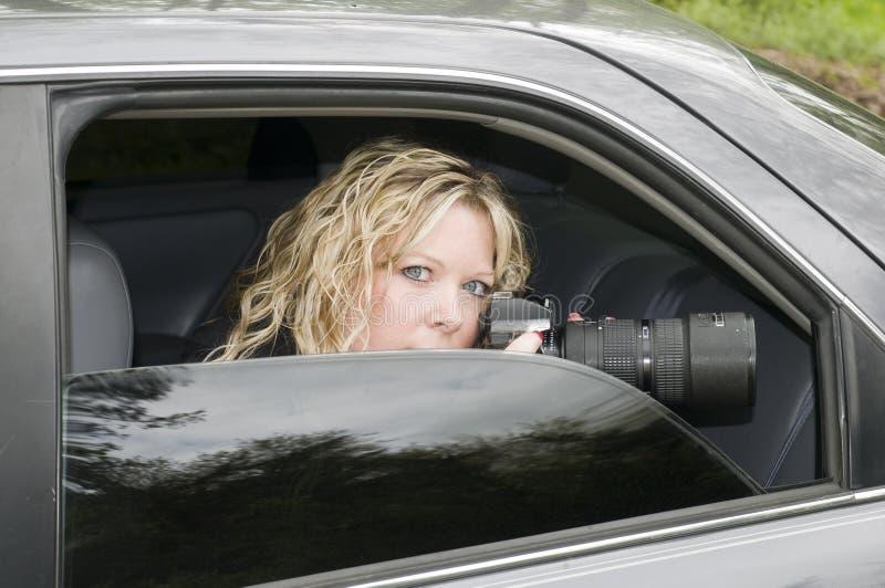 Geheime vrouw het spioneren camera stock fotografie