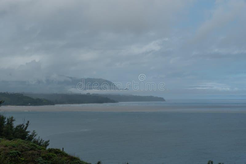 Geheimer Strand nahe Kilauea-Punkt auf Kauai, Hawaii, nach einem bedeutenden Regensturm lizenzfreie stockfotos
