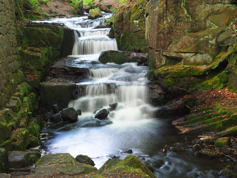 Geheimer Wasserfall in Lumsdale-Tal stockfotos