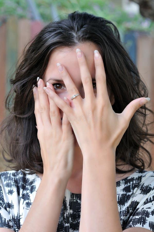 Geheimnistuerische Frau mit Verlobungsring stockbilder