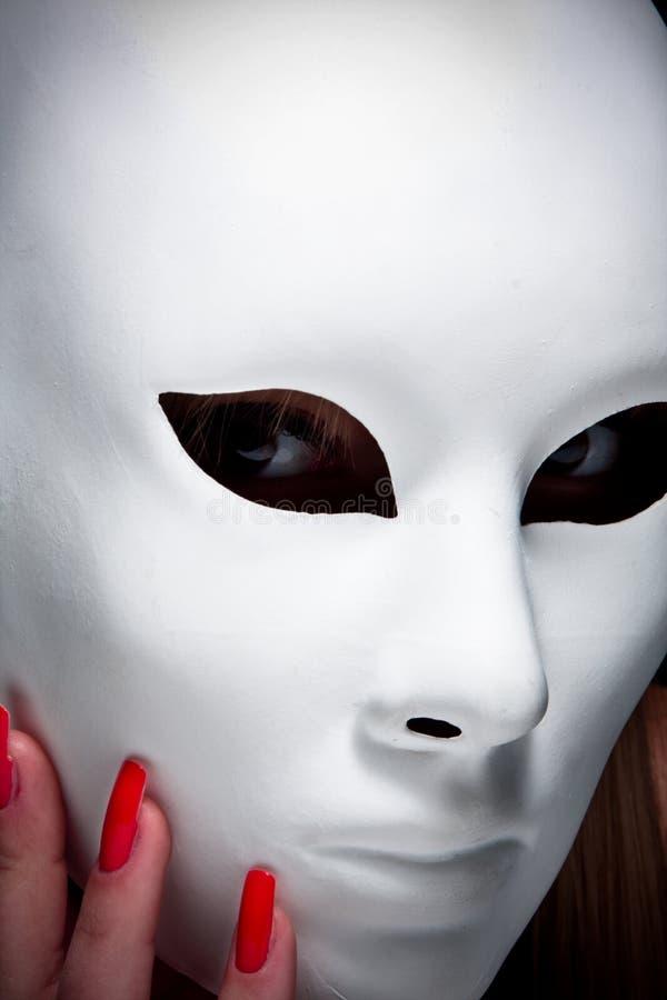 Geheimnisvolle Frau unter Schablone lizenzfreie stockfotografie