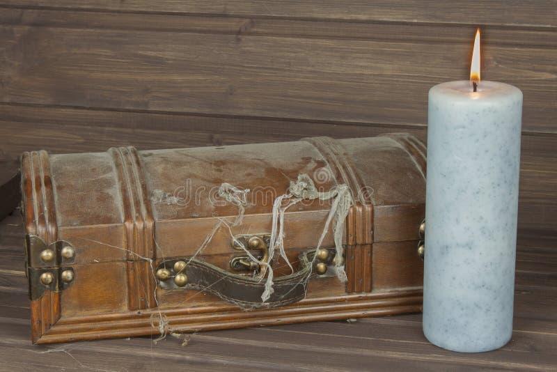 Geheimzinnig gesloten kabinet De doos van pandora De houten Borst van de Schat Het vinden van een geheimzinnige houten doos stock fotografie