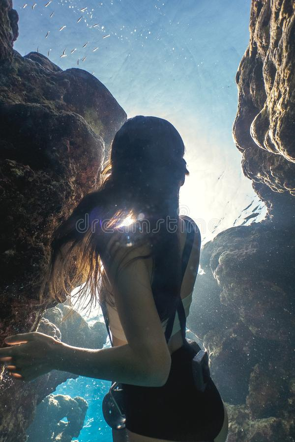 Geheimzinnig kader van het Aziatische vrouw freediving stock afbeeldingen