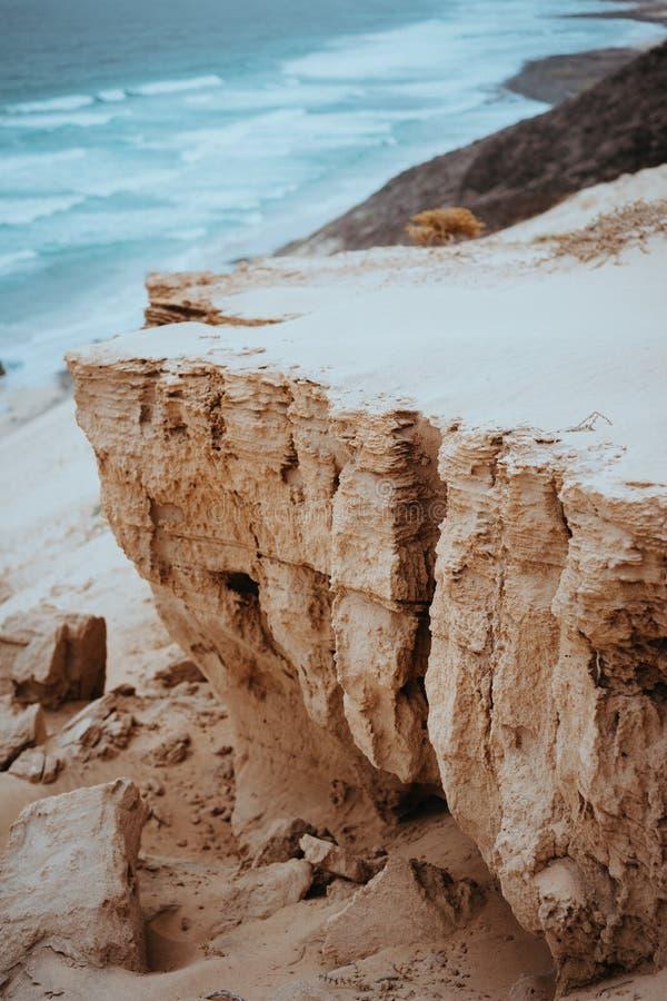 Geheimzinnig landschap van droge zandduinen en zwarte vulkanische grond en blauwe oceaan langs kustlijn van Baia Das Gatas north royalty-vrije stock afbeeldingen