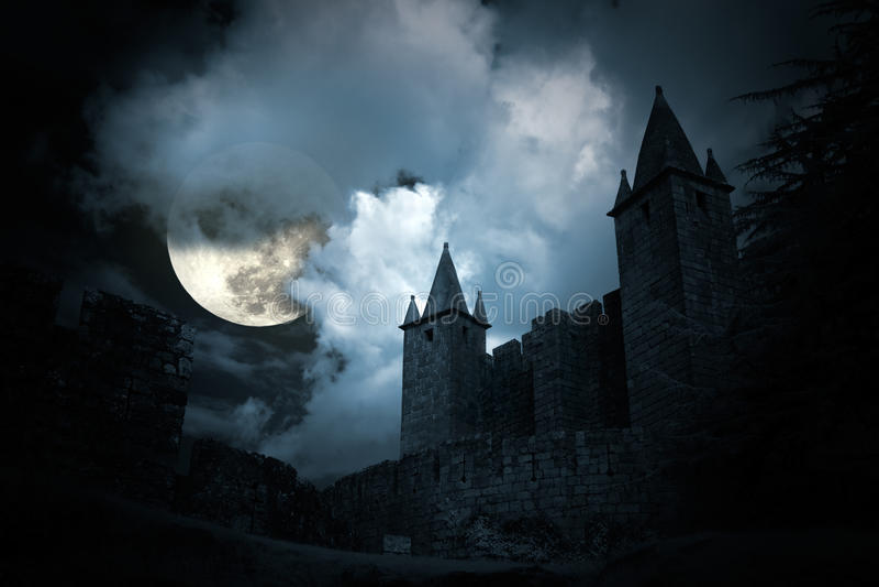 Geheimzinnig middeleeuws kasteel stock afbeelding
