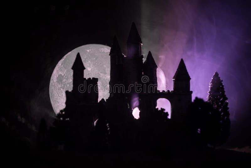 Geheimzinnig middeleeuws kasteel in een nevelige volle maan Verlaten gotisch stijl oud kasteel bij nacht stock foto